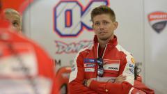 Indosport - Mantan pembalap MotoGP, Casey Stoner memberikan pembelaan terhadap Valentino Rossi yang disarankan oleh banyak pihak untuk pensiun dari dunia balap motor.