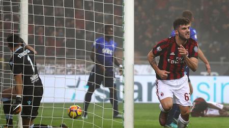 Patrick Cutrone melakukan selebrasi usai mencetak gol ke gawang Lazio. - INDOSPORT