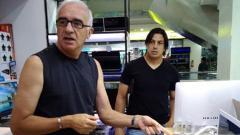 Indosport - Mario GOmez ditemani Fernando Soler saat akan membelia laptop.