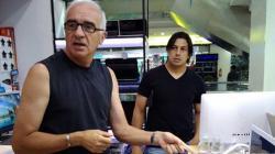 Mario GOmez ditemani Fernando Soler saat akan membelia laptop.