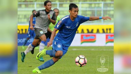 Salah satu aksi pemain PSIS Semarang di laga melawan Persela. - INDOSPORT