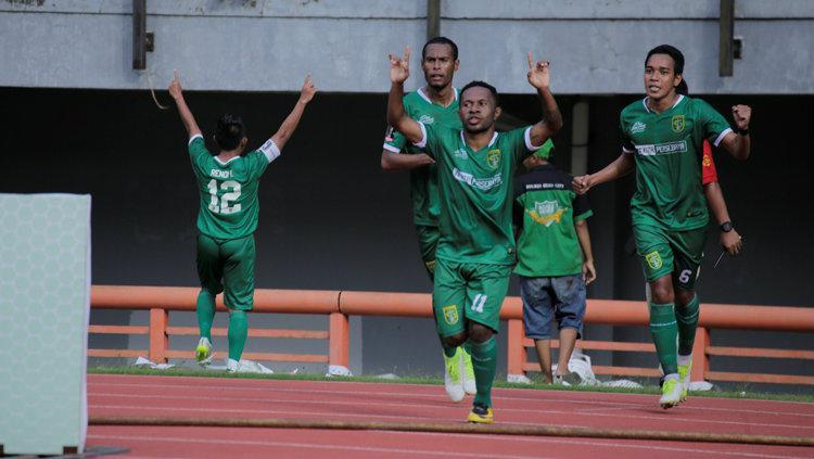 Feri Pahabol ketika meayakan gol perdana bersama Persebaya. Copyright: Ofisial Persebaya