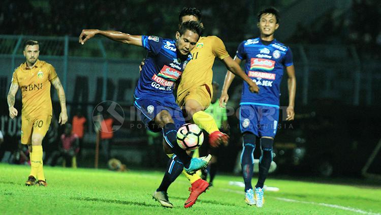 Hendro Siswanto dan Purwaka Yudhi saat adu kaki berebut bola dengan pemain Bhayangkara FC Copyright: Ian Setiawan/INDOSPORT