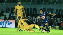 Indosport - Hendro Siswanto dan Purwaka Yudhi saat adu kaki berebut bola dengan pemain Bhayangkara FC