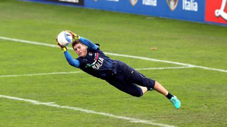 Alessio Cragno mengamankan bola saat jalani latihan bersama Timnas Italia. - INDOSPORT