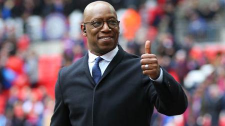 Pemain sepak bola legendaris Arsenal, Ian Wright, dibuat murka setelah mengetahui pundit berkulit hitam diperlakukan rasis. - INDOSPORT