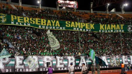 Bonek Mania di Stadion Gelora Bung Tomo - INDOSPORT