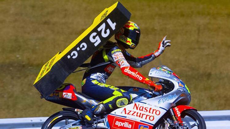 Valentino Rossi saat memenangi titel pertama di ajang Grand Prix. Copyright: INDOSPORT