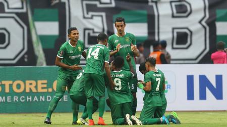 Pemain Persebaya saat melakukan selebrasi ketika merayakan gol. - INDOSPORT
