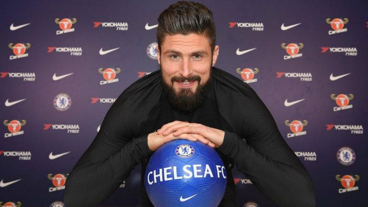 Olivier Giroud resmi berseragam Chelsea. Copyright: Ofisial Chelsea