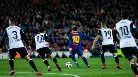 Lionel Messi di antara banyak pemain Valencia. - INDOSPORT