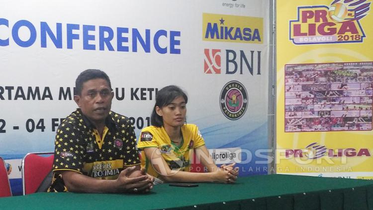 Beberkan permainan: pelatih Gresik Petrokimia (kiri), ketika memberikan gambaran jalannya pertandingan dihadapan awak media. Copyright: Fitra Herdian/INDOSPORT