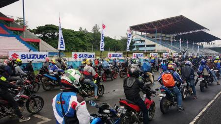 Para peserta Suzuki Bike Meet Jamboree Nasional 2018 berkumbul di Sirkuit Sentul. - INDOSPORT