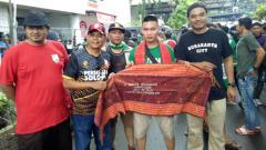 Indosport - SMeCK Hooligan berikan oleh-oleh ulos kepada Pasoepati