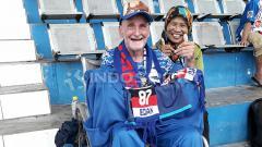 Indosport - Paul Cumming dan istrinya, Bu Fifing