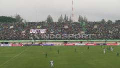 Indosport - Situasi laga Persebaya Surabaya vs PSMS Medan.