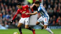 Indosport - Penyerang Manchester United Alexis Sanchez saat berduel dengan pemain Huddersfield Town.