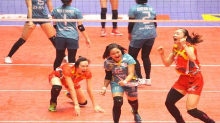 Ekspresi ketiga pemain Jakarta Elektrik PLN Liu Mengya, Chika Swinerlin, dan Pu Rou (kika). Seusai berhasil mencetak poin - INDOSPORT
