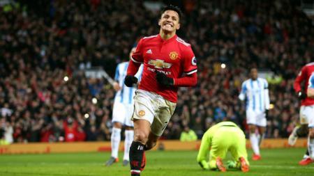 Penyerang Manchester United Alexis Sanchez saat merayakan gol ke gawang Huddersfield Town. - INDOSPORT