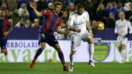 Karim Benzema berebut bola dengan pemain Levante - INDOSPORT