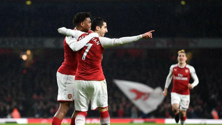 Penggawa Arsenal Alex Iwobi dan Henrikh Mkhitaryan. Copyright: INDOSPORT