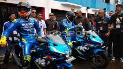 Indosport - Andrea Iannone dan Alex Rins saat berkunjung ke Sirkuit Sentul.