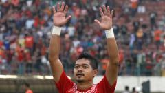 Indosport - Bambang Pamungkas melabaikan kedua tangannya kepada suporter Persija.