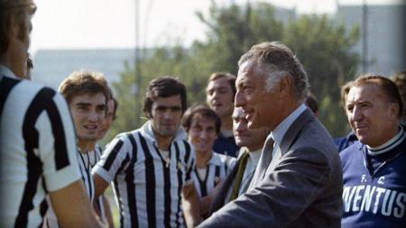 Gianni Agnelli bersama pemain-pemain Juventus - INDOSPORT