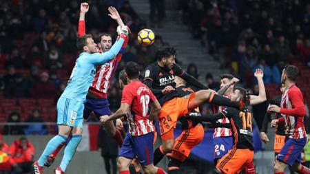 Situasi pertandingan Atletico Madrid melawan Valencia. - INDOSPORT