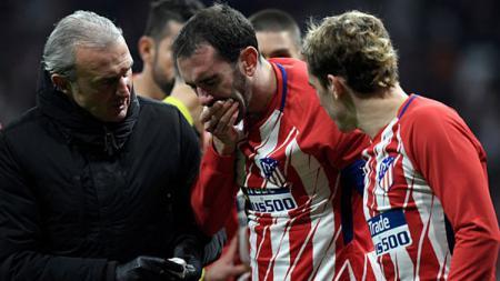 Gigi Diego Godin tampak berdarah setelah berbenturan dengan kiper Sevilla. - INDOSPORT
