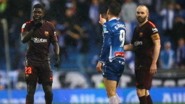 Bek Barcelona Samuel Umtiti dan penyerang Espanyol Sergio Garcia Copyright: Marca