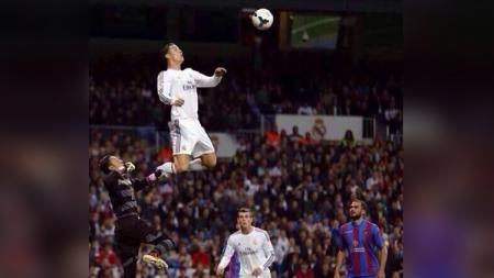 Jumping tinggi Cristiano Ronaldo. - INDOSPORT