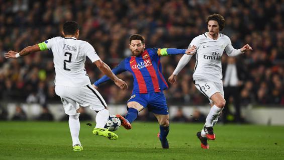 Thiago Silva menghadang Lionel Messi di pertandingan Liga Champions Eropa musim 2016/17. Copyright: Getty Images