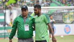 Indosport - Manajer Persebaya, Chairul Bassalamah (kiri) dengan salah satu pemainnya.