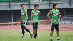 Indosport - Andri Muladi (kiri) dan M Hidayat (dua dari kiri), ketika mengikuti latihan rutin Persebaya.