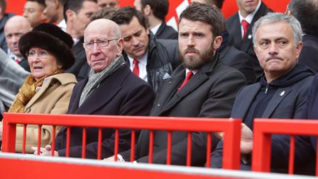 Eks pemain MU lintas generasi Sir Bobby Charlton dan Phil Neville hadir ditemani Mourinho