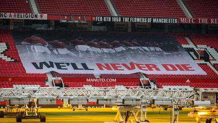 Giant flag dibentangkan para fans di Old Trafford.