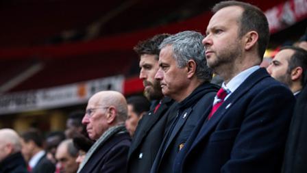 Sir Bobby Charton, Phil Nevill. dan Jose Mourinho duduk berjajar mengikuti peringatan Tragedi Munchen 1958.