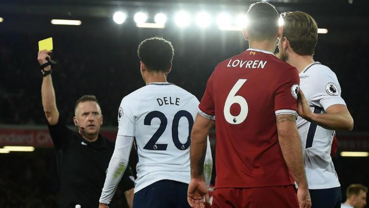 Dele Alli mendapatkan kartu kuning karena diving melawan Liverpool (2018) Copyright: Getty Images