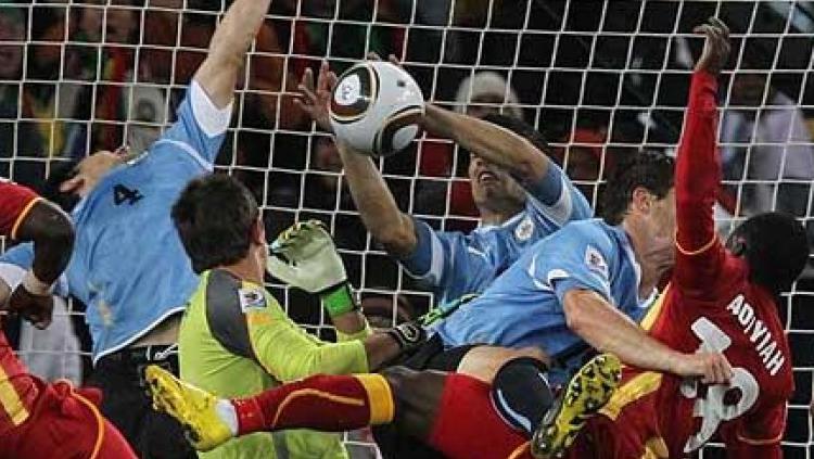 Luis Suarez handball saat melawan Ghana. Copyright: INDOSPORT