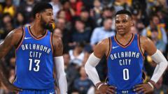 Indosport - Oklahoma City Thunder melakukan trade terhadap Russell Westbrook (kanan) dan mengirim Paul George (kiri) ke LA Clippers.