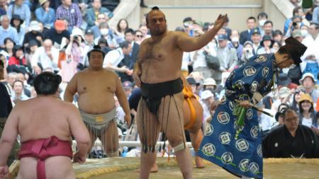 Osunaarashi melakukan pertandingan sumo - INDOSPORT