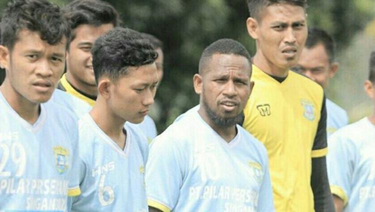 Oktovianus Maniani saat jalani pemusatan latihan di Lembang bersama Perserang. Copyright: Instagram
