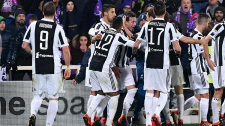 Para pemain mengerubungi Federico Bernardeschi yang merayakan gol. - INDOSPORT