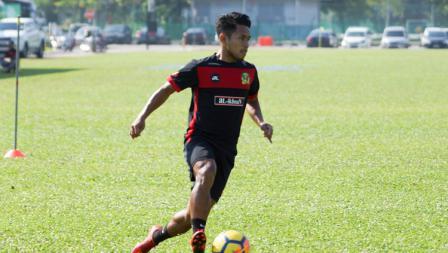 Andik menggiring bola saat jalani latihan perdana bersama Kedah FA.