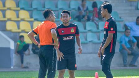 Andik Vermansah berdialog dengan salah satu staf pelatih Kedan FA.