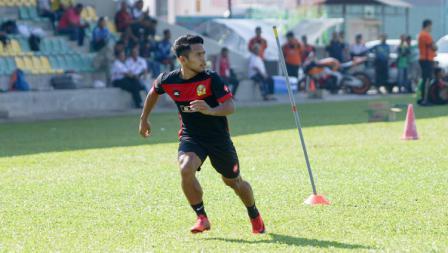 Andik Vermansah saat akan mengambil bola umpan dari rekan di Kedah FA.