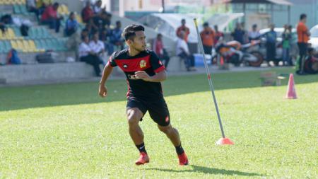 Andik Vermansah saat akan mengambil bola umpan dari rekan di Kedah FA. - INDOSPORT