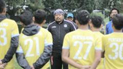 Indosport - Zaenal Abidin Zapello (jaket hitam) saat jalani pemusatan latihan di Lembang bersama Perserang.