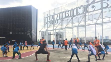 Komunitas Workout Embassy mengajak anak-anak Yayasan SAJA untuk berolahraga.